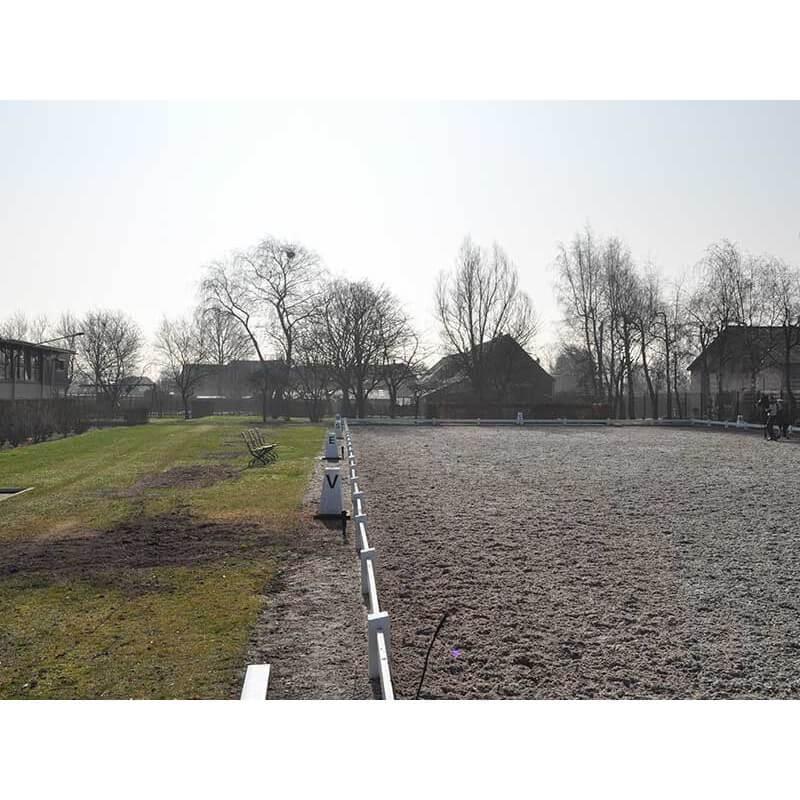 Dressuurpiste gemonteerd op een rand 20 m x 60 m